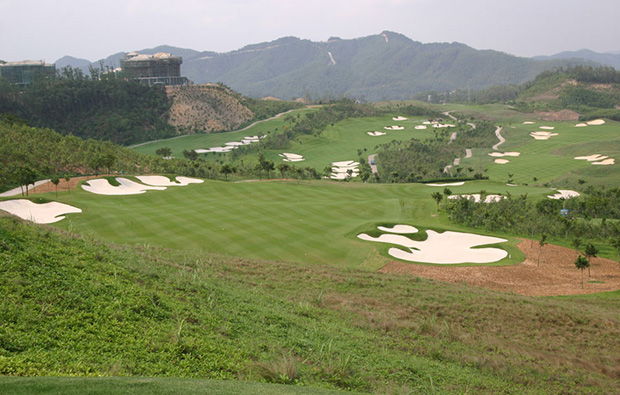 challenging bunkers at leadbetter course mission hills, guandong china