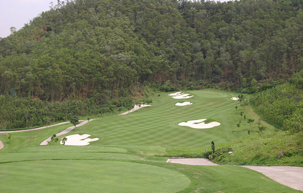 mountain slope bunker  at leadbetter course mission hills, guandong china