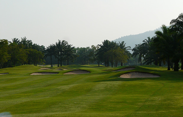 par 4 at greenwood golf club, pattaya, thailand